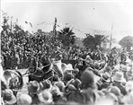Image - Photo. Crowds wait for the visit by the Duke and Duchess of York to Northcote in 1927